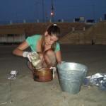 Figures 2. Récolte du sable de la couche superficielle au sein du quadrat métallique 50 cm x 50 cm en évitant toute contamination.